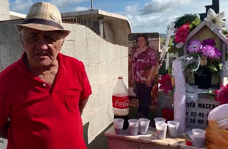 José Macena, ou Zé da Embreagem, ao lado do túmulo de esposa