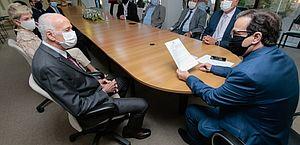Governador em exercício assina decreto que isenta ICMS de itens de proteção doados ao TRE