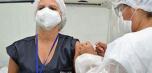 Ministério aprova dose de reforço para profissionais de saúde