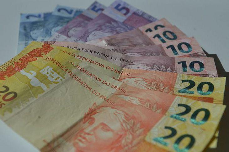 Texto antigo restringiria o abono a quem recebe até R$ 1.364,43 por mês