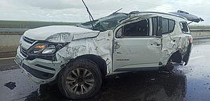 Motorista fica ferido após bater em mureta e capotar com carro em Campo Alegre