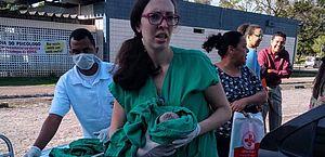Bebê é amparado por enfermeira do HU.