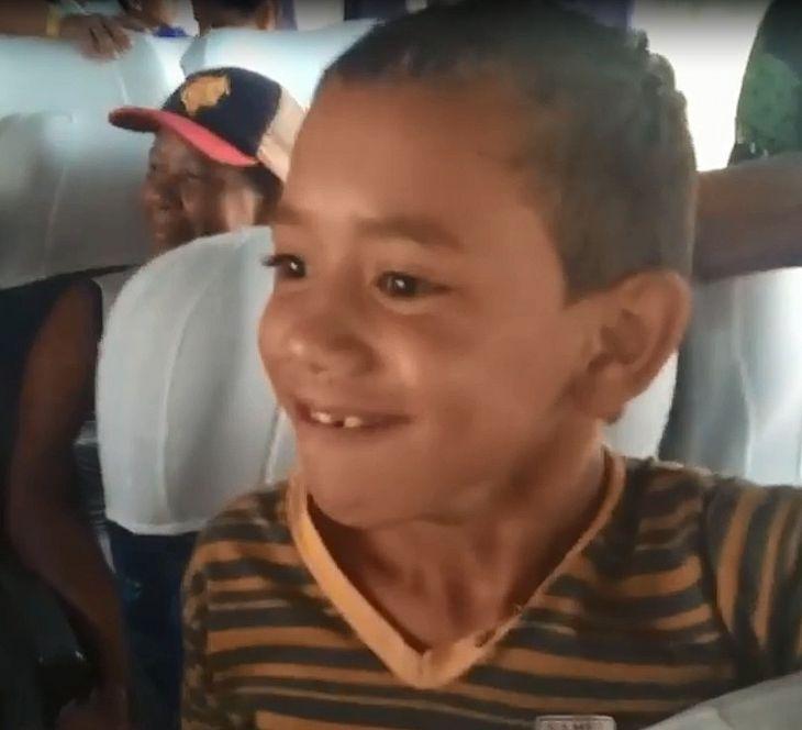 Ainda no ônibus, menino avista o mar pela primeira vez