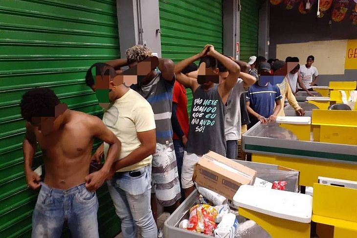 Grupo é detido por policiais militares enquanto arrombava estabelecimentos no bairro Cosme de Farias, em Salvador (BA). onde a PM decretou greve