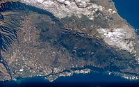 O vulcão Cumbre Vieja está localizado nas ilhas Canárias, na costa do continente africano