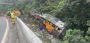 Acidente com ônibus na BR-376 no Paraná deixa 19 mortos e 33 feridos, diz PM