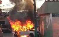 Carro pega fogo em frente a oficina e assusta moradores do Benedito Bentes