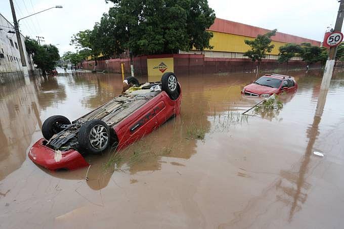 Alagamento danificou carros na avenida Presidente Wilson, zona leste de São Paulo