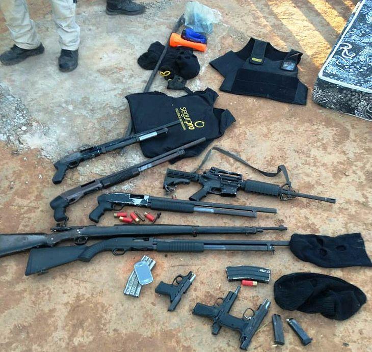 Armas e explosivos foram apreendidos com suspeitos