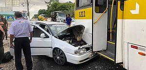 Carro bateu na traseira do ônibus, na Fernandes Lima