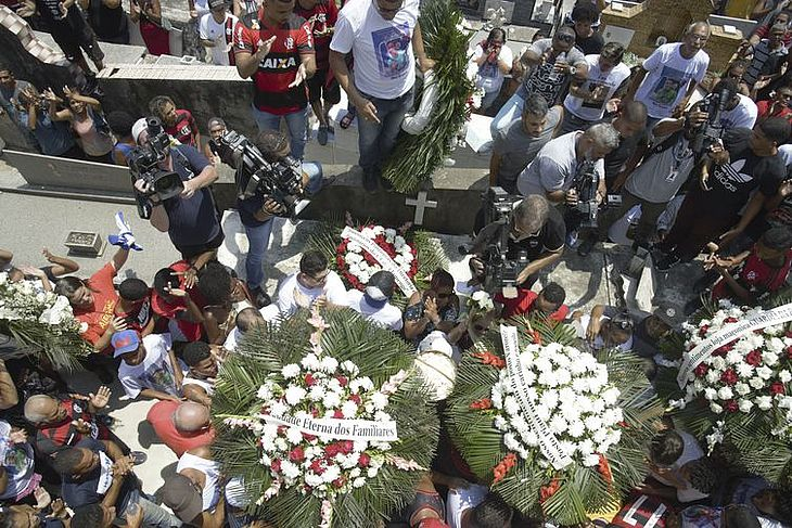 Sepultamento do corpo do goleiro do Flamengo, Christian Esmério, no Cemitério de Irajá