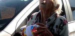 Idosa de 93 anos grava vídeo empinando pipa e encanta a web; assista