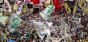 Volta de bandeiras com mastros aos estádios de SP pode influenciar a violência?