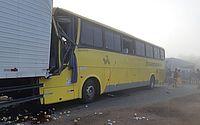 Motorista morre e 15 passageiros ficam feridos após ônibus bater em caminhão