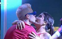 Alagoana Marina Ferrari e Gui Araújo se beijam durante festa em 'A Fazenda