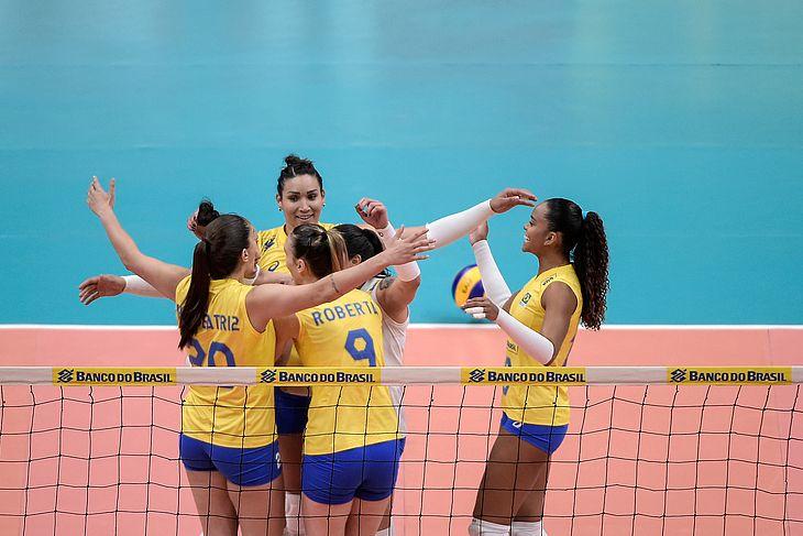 Seleção brasileira de vôlei feminino durante amistoso internacional contra os Estados Unidos, no Maracanãzinho, no Rio de Janeiro