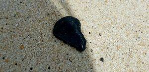 Óleo volta a aparecer em praias na divisa da Paraíba com Pernambuco
