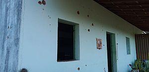 Casa onde ocorreu a operação ficou com as marcas de tiros