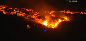 Ilhas Canárias: lava de vulcão continua a se aproximar da água
