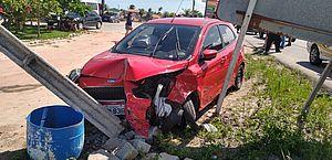 Acidente na AL 101 Sul: dois carros batem e poste é derrubado