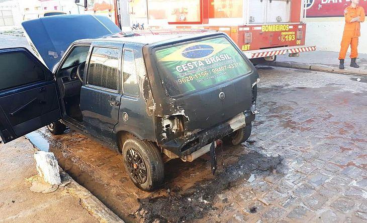 Carro ficou parcialmente destruído