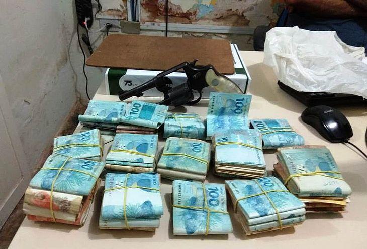 Dinheiro foi recuperado pelos policiais