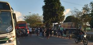 Vídeos: ônibus intermunicipal é flagrado superlotado, é parado e passageiros protestam