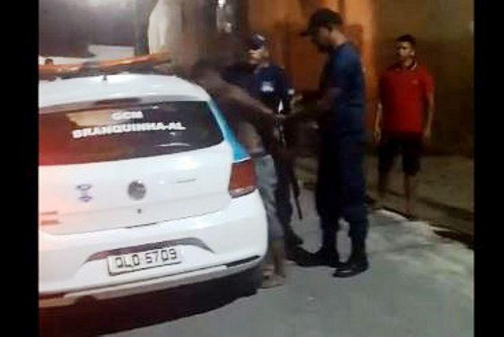Jovem é abordado por guardas municipais