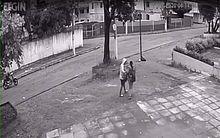 Suspeito aborda mulher, enquanto comparsa aguarda na motocicleta