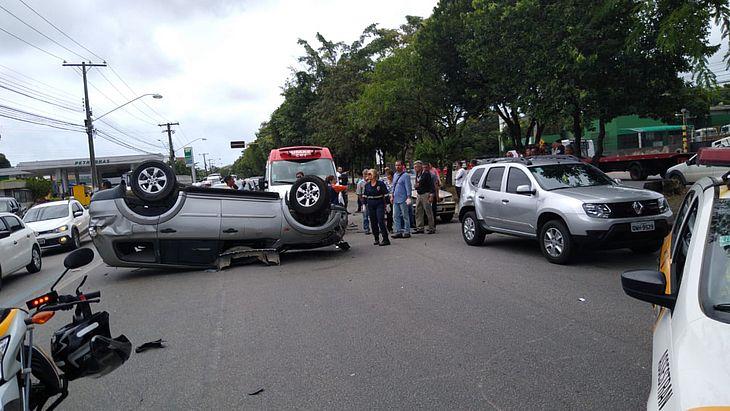 Pajero ficou capotada na avenida.