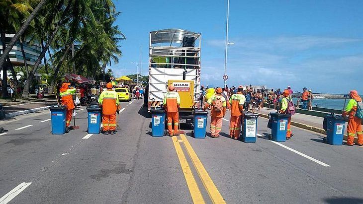 Equipes de limpeza recolheram resíduos descartados por foliões nos oito polos de festa