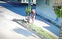 Vídeo mostra suspeito descartando material usado para matar 'amigo' em São Miguel