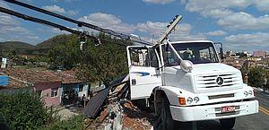 Caminhão bate em poste e fica sob risco de queda em ribanceira na BR-316