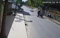 Vídeo: câmera registra dupla praticando assaltos em sequência no Santos Dumont