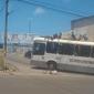 """Vídeo: homem cai de cima de ônibus em PE enquanto """"surfava"""" no veículo"""