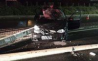 Carro derruba poste após bater em outro veículo, em Jacarecica