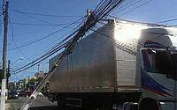 Caminhão derruba fios e deixa poste pendurado na Jatiúca