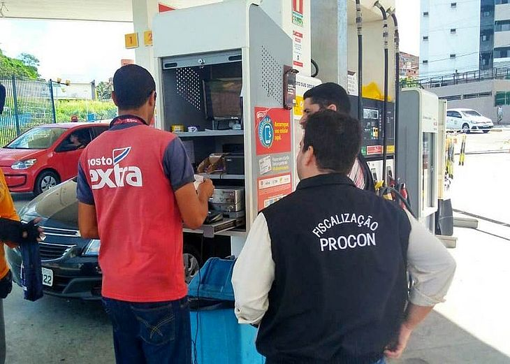 Procon Maceió realiza pesquisa em postos de gasolina da capital.