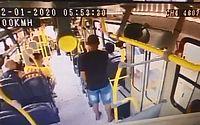 Câmeras flagram suspeito assaltando ônibus no Jaraguá