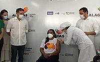 Começou a vacinação: primeira a receber dose em Alagoas, assistente social se emociona