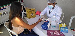 Usuárias do Cras Pitanguinha recebem ações do Maceió Rosa nesta terça