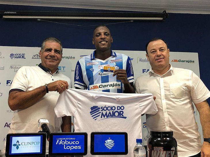 Bruno Ramires entre o presidente do Conselho Deliberativo Raimundo Tavares e o executivo de futebol Fabiano Melo