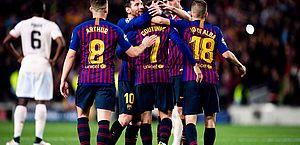 Jogadores do Barça comemoram gol de Coutinho