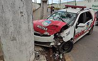 Viatura bate em poste durante perseguição e três policiais são socorridos