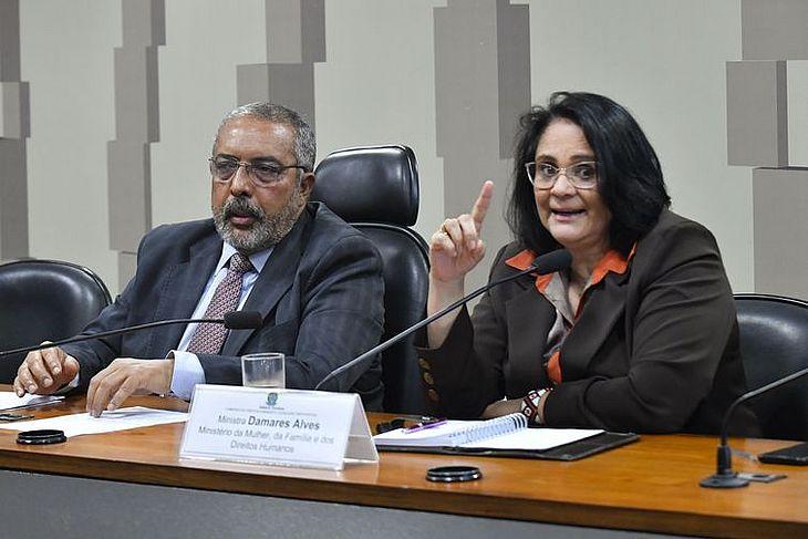 A ministra Damares Alves e o senador Paulo Paim (PT-RS) na comissão de Direito Humanos do Senado