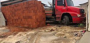 Vídeo: homem descarrega 5,5 mil tijolos em lote e bloqueia saída de caminhão