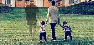 Montagem de Paulo Gustavo em foto de Thales Bretas e filhos encanta a web