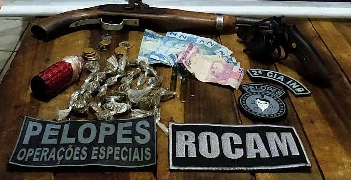 Armas, munições e drogas foram apreendidos com dupla