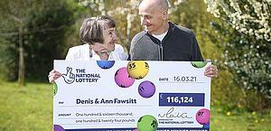 Idoso esquece óculos, faz aposta 'errada' e ganha cerca de R$ 900 mil na loteria