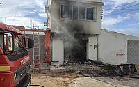 Bombeiros são acionados para combater fogo em casa desocupada no Pinheiro